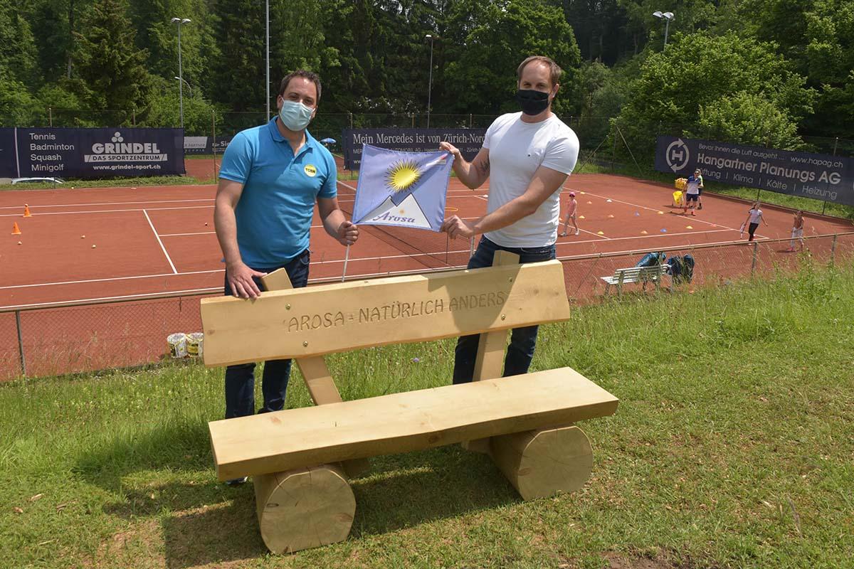 Tennis Club Bassersdorf-Nürensdorf erhält zwei Arosa Bänkli geschenkt